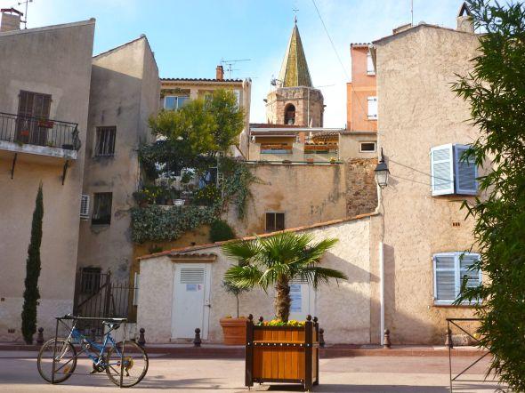 På cykeltur till gamla stadskärnan i Frejús