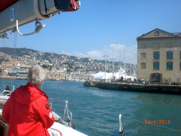 Tua spanar på väg in till Porto Antico längst inne i den enorma hamnen i Genua
