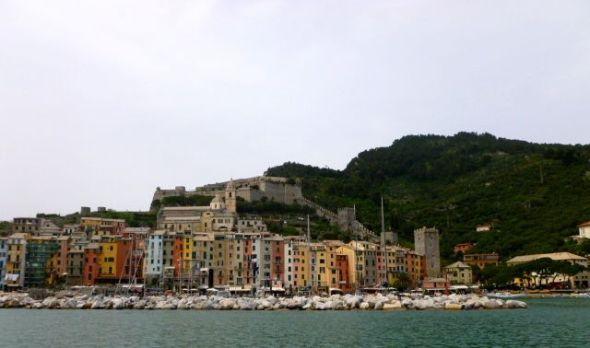 På väg till La Spezia går man i det smala sundet mellan Portovenere (på bilden) och Isla Palmaria