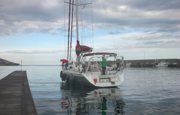 Vi lägger till vid den  lokala båtklubben i San Remo