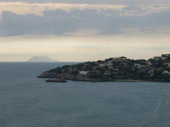 På väg till Gaeta passerar vi Capo Circeo, som syns här i bakgrunden