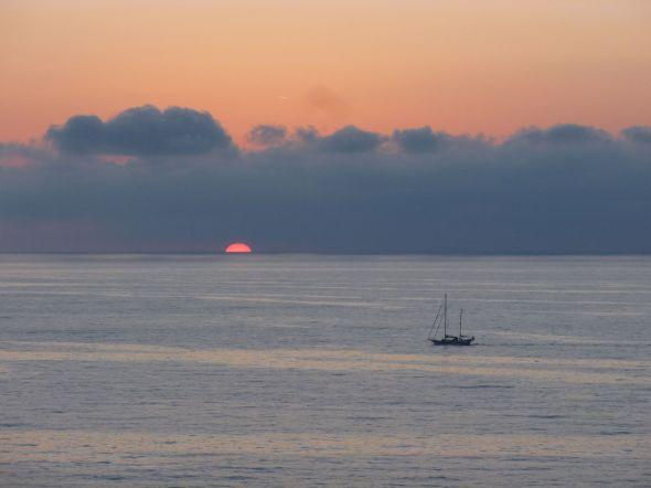 En båt går ut från Tropea mot natten