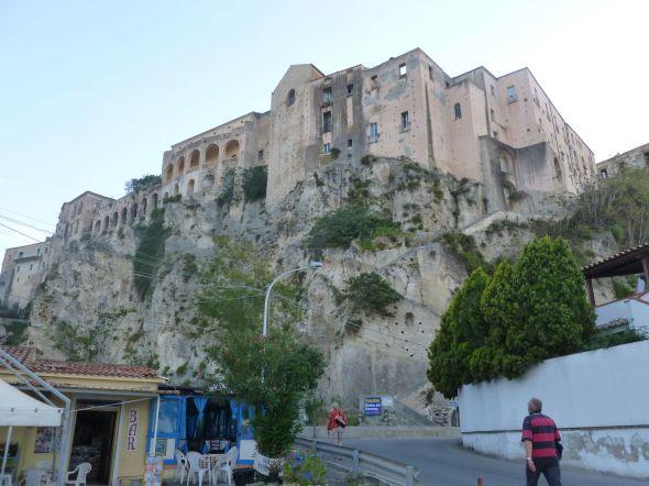 Från gatan fortsätter man med 200 trappsteg upp till gamla stan i Tropea. Anne-Lise har tagit täten medan Svante följer efter.