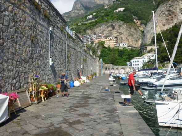 Den höga kajen i Amalfi. Per stiger ombord på s/y Midi.