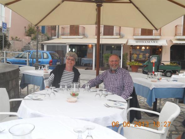 Nina och Svante inväntar de övriga middagsgästerna i Maratea