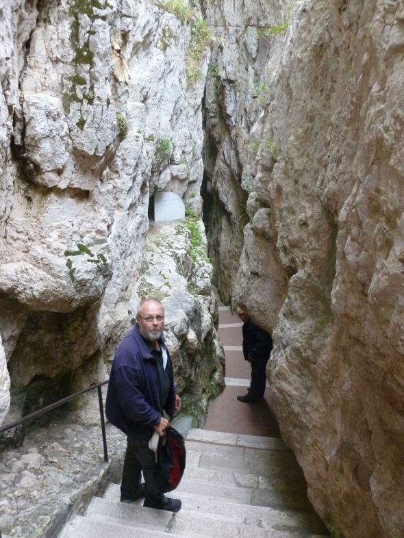 Svante på väg ned för trappan till Det heliga korsets kapell i en av de tre bergssprickorna i Gaeta
