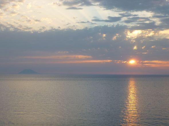 Solnedgång med utsikt över Stromboli