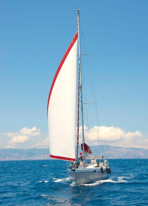 In med segel och ut med fendrar, nu kommer vi till Reggio di Calabria. Foto: Per Hotvedt