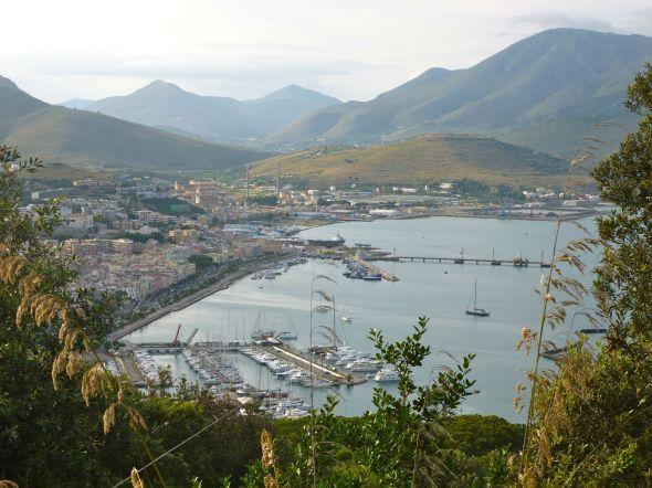 Utsikt över staden och marinan i Gaeta