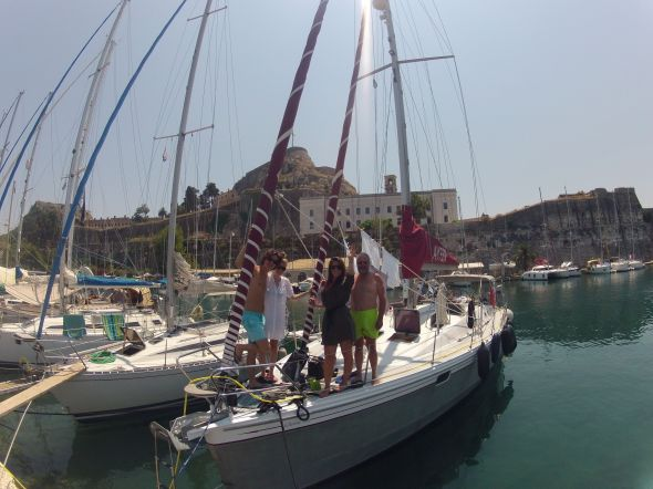 Mimmi vinkar farväl i Mandraki marina i Korfu. Foto: Viktor