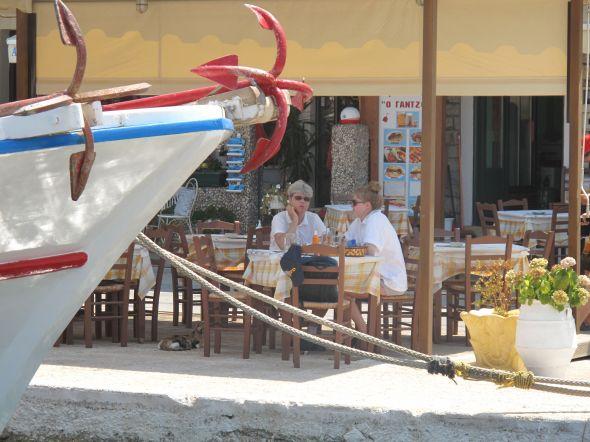 Lunch med pita gyros i Vathi på Meganisi. Foto: Quentin