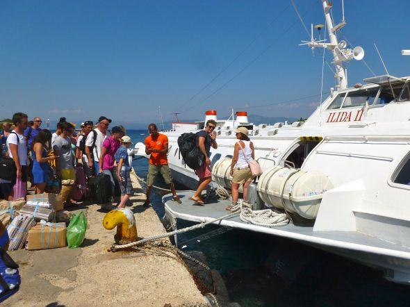 Viktor går ombord på hydrofoilen i Gaios på Paxos för returen till Korfu