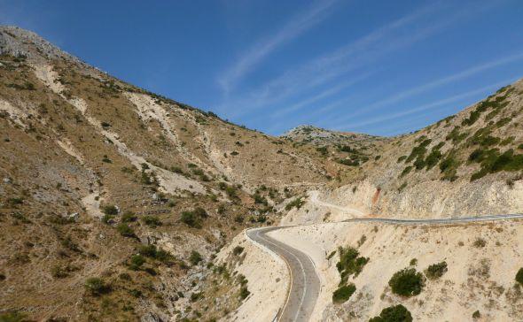 Slingrande väg uppe i bergen på Lefkas
