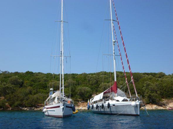 Alacrity och Ayfer för ankar i Abelike Bay