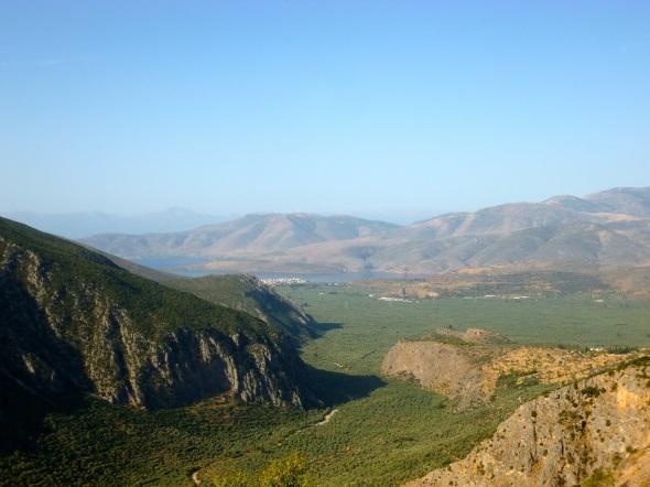 Det moderna Delfi vänder sig inte mot Pleistosdalen utan mot Korintiska viken och Itea