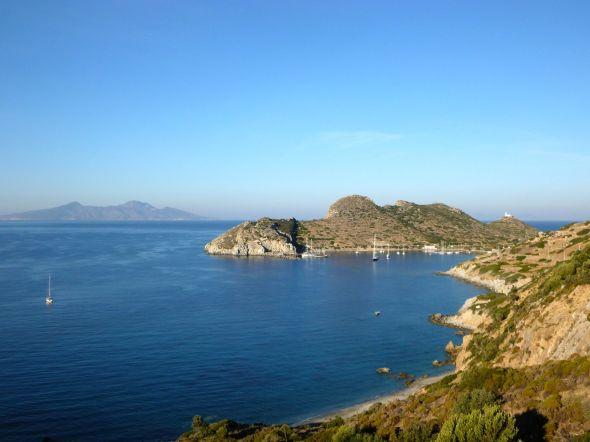 Den antika hamnen i Knidos med grekiska ön Nisiros i bakgrunden
