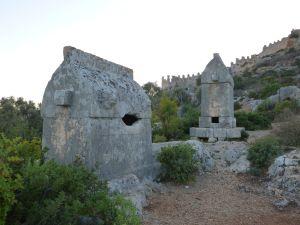 Sarkofager med borgen i bakgrunden