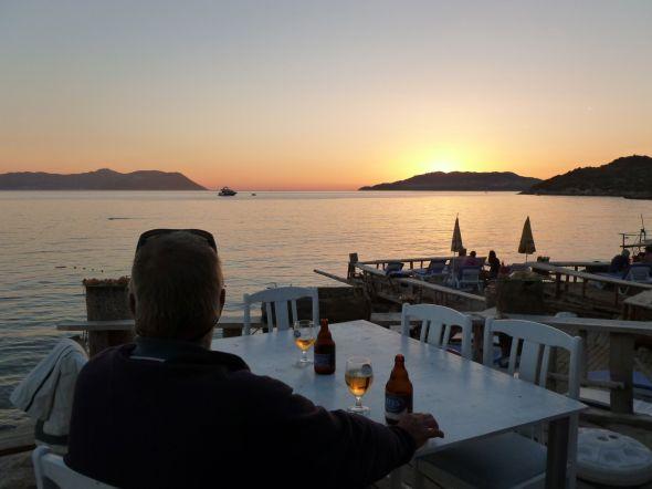 Solnedgångsbira i Kas med grekiska ön Kastellorizon till vänster