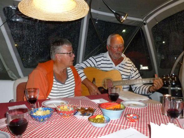 Sångkväll med Terttu och Heikki på s/y Tiitu i Ayfers nya sittbrunnstält