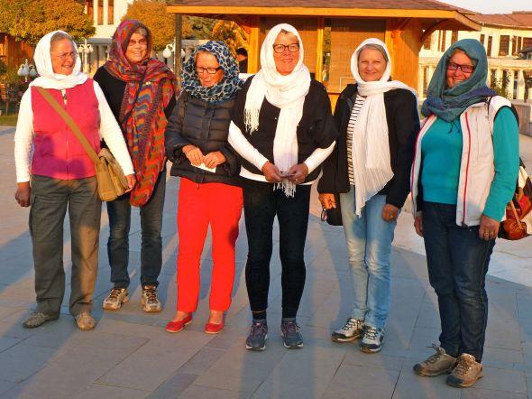 På väg in i moskén