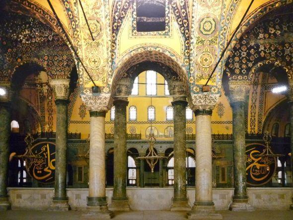 På gallerierna i övre våningen finns de flesta av de mosaiker som tagits fram