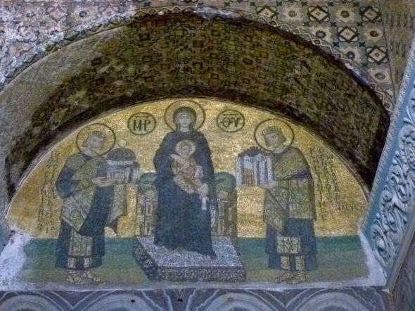 Till höger om Gudsmodern med barnet står Konstantin den store med en modell av den stad han ville bygga i sin hand