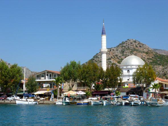 Bozburun med moskén invid hamnen