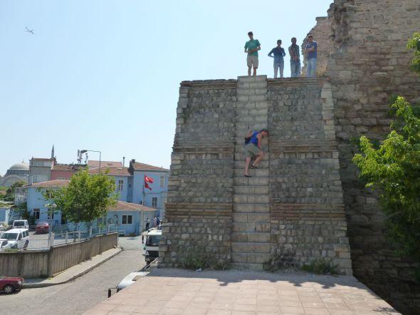 Branta smala trappsteg på väg upp till tornet