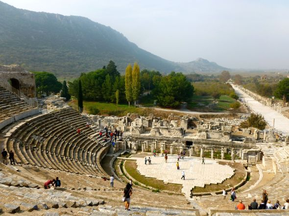 Amfiteatern och den 500 m långa och 11 m breda vägen till hamnen