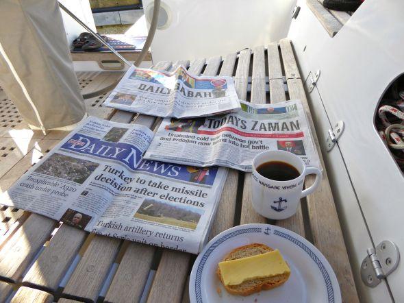 Morgonkaffe med papperstidningar...