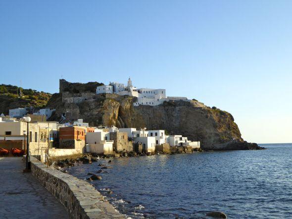 Mandraki med Panagia Speliane klostret på klippan