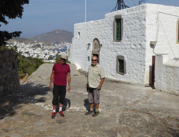Claes och Svante utanför grottan
